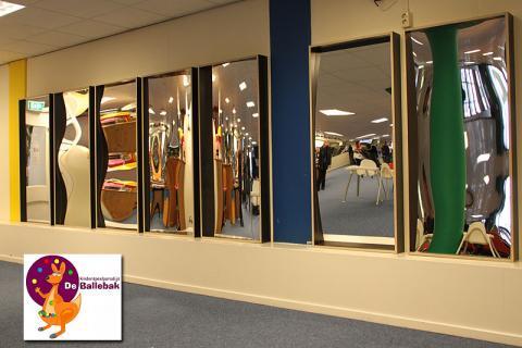 Die Anwendung! In einem innenpielplatz eine blindwand mit einem kompletten set lächelner spiegel.