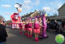 Die Wandergruppe des Karnevalsvereins Geval Abgesehen von Zwaag mit unseren Lachspiegeln.