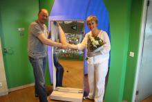 Ronald Kooij übergibt einen schönen mobilen Smiley-Spiegel an Marijke Peer von Kinderstad.